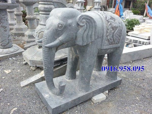 Tượng voi đá xanh lắp đặt trong viên đền chùa