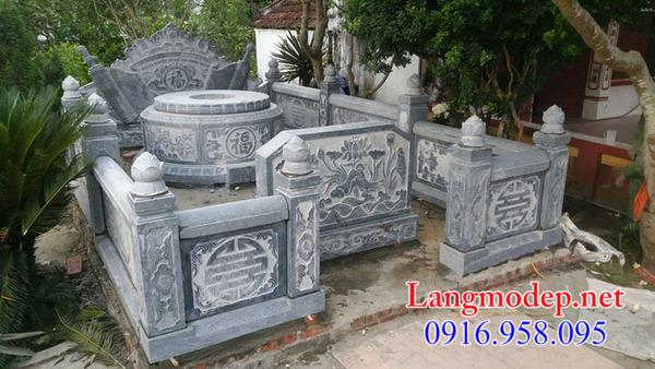 Hành lang bao quanh khu nhà mồ bằng đá tại Bình Thuận